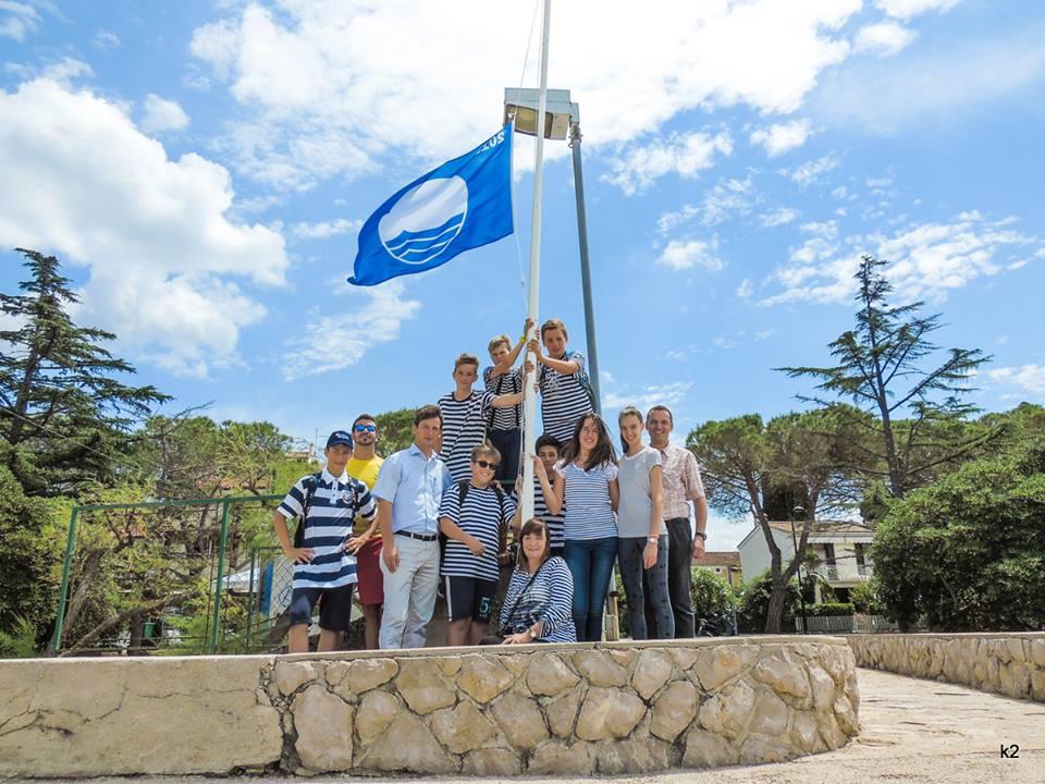 Plava zastava na plaži Rupa u Malinskoj