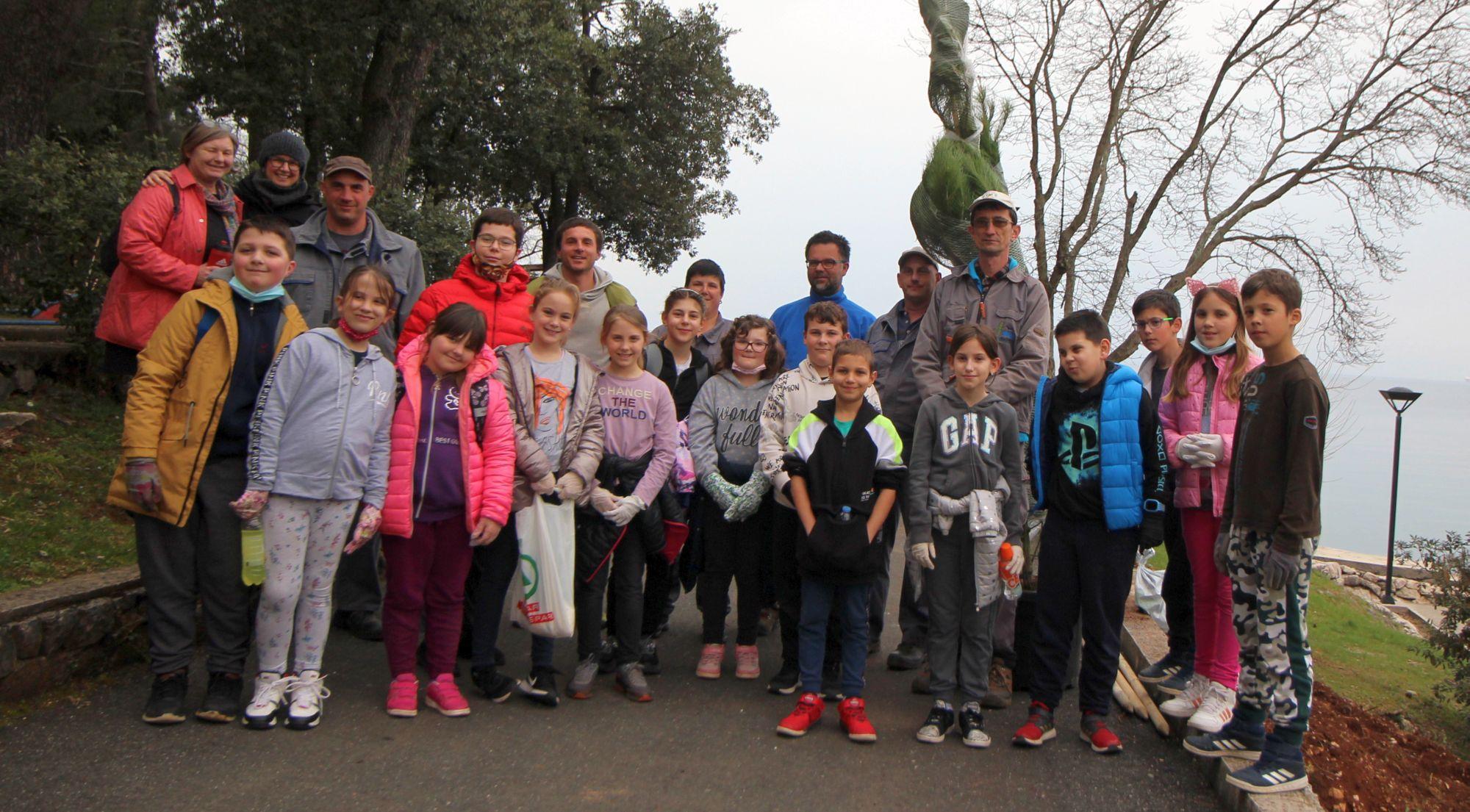 Osnovna škola Malinska-Dubašnica sadnjom borova uključila se u projekt Zasadi stablo, ne budi pan
